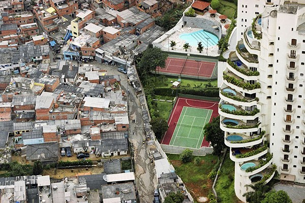 A cidade do colonizado e a cidade do colono. Fronteira territorial entre o bairro Morombi e a favela de Paraisópolis, São Paulo - Foto: Tuca Vieira