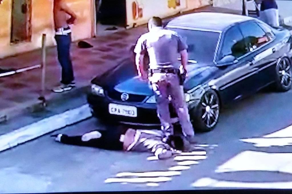 Policial pisa no pescoço de mulher negra e arrasta a vítima - Reprodução/Twitter