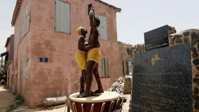Mais de 12 milhões de africanos foram transportados à força de um lado ao outro do Atlântico para trabalhar como escravos nas Américas (Imagem: Reuters)