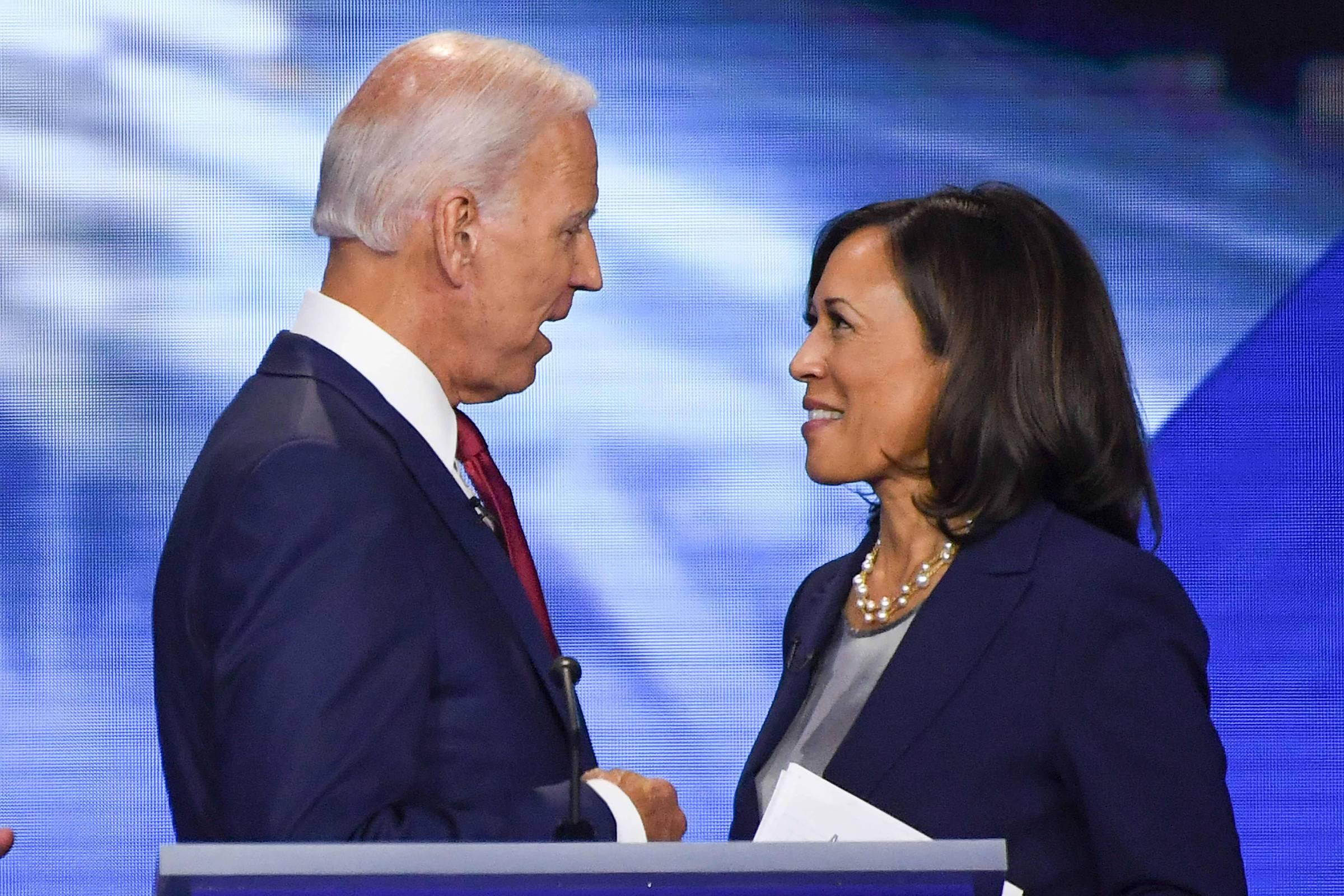 Joe Biden conversa com Kamala Harris no terceiro debate pela indicação democrata em Houston, Texas - Robyn Beck/AFP