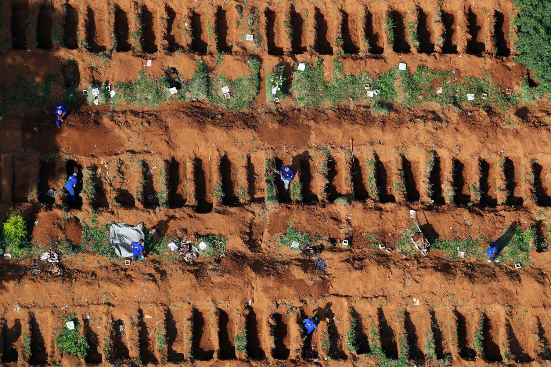 Covas abertas no cemitério de Vila Formosa, em São Paulo, para receber as vítimas da pandemia de covid-19 (Foto: AMANDA PEROBELLI / REUTERS)