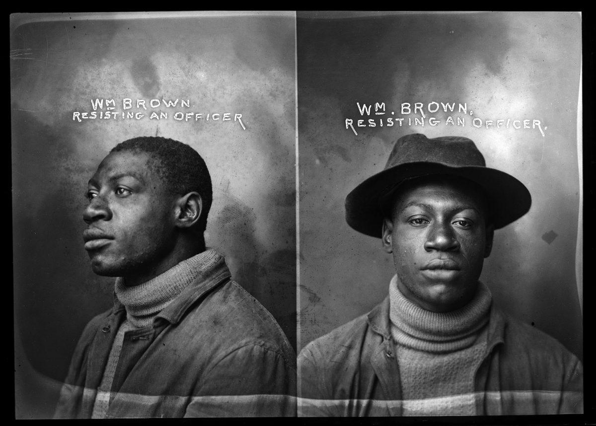 """Homem negro preso por """"resistência"""" no início do século 20. Do livro """"Prisioneiros"""", de Arne Svenson"""
