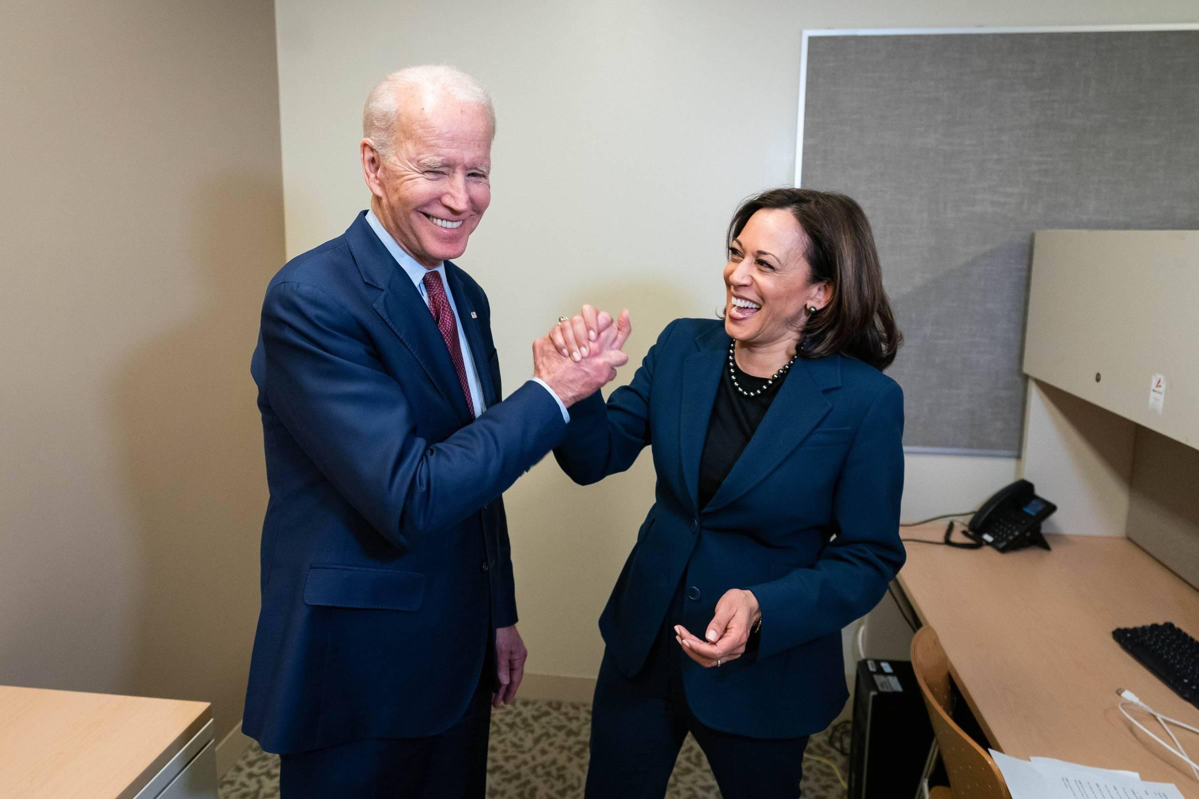 Joe Biden e Kamala Harris se cumprimentam em foto publicada pelo candidato a presidente dos EUA no dia em que anunciou a senadora como sua vice - Reprodução/JoeBiden no Twitter