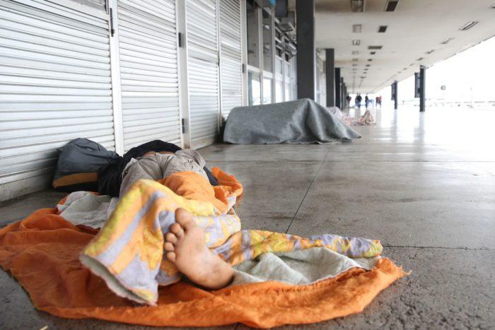 Brasília - O Distrito Federal amanheceu nublado e com chuva na manhã deste sábado (23). O período chuvoso traz transtornos para moradores de rua (José Cruz/Agência Brasil)