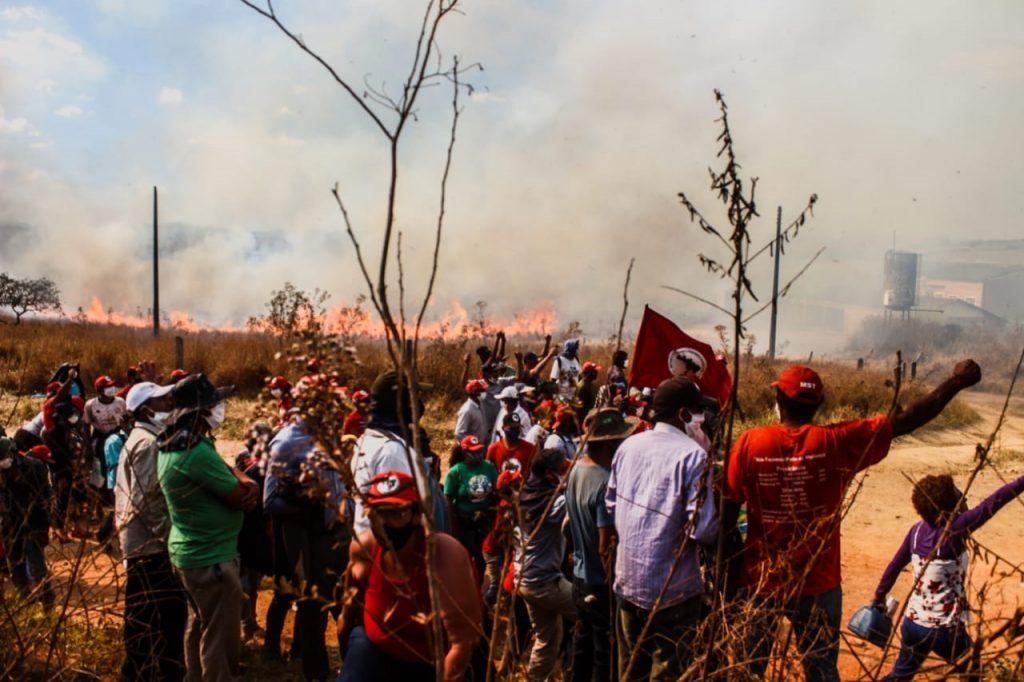 Sem terra protestam contra ação da PM, que provocou tocou fogo na plantação e destruiu uma escola no Quilombo Campo Grande -(Foto: Divulgação/MST)