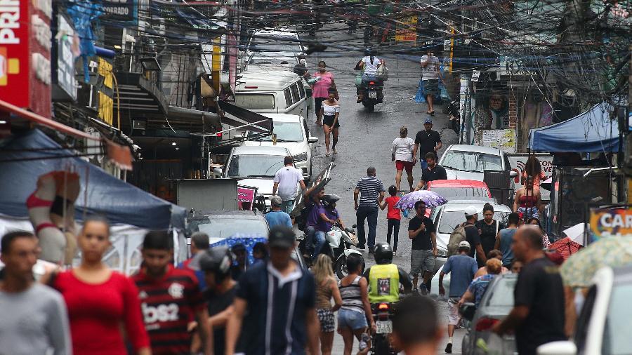 Movimentação na comunidade da Rocinha, no Rio de Janeiro, em abril (Foto: DANIEL CASTELO BRANCO/ESTADÃO CONTEÚDO)