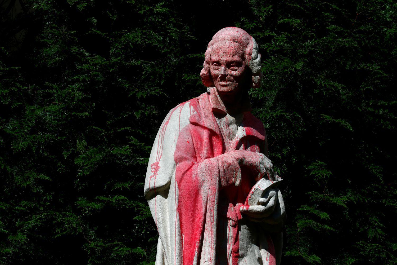 Estátua de Voltaire, filósofo iluminista, atacada com tinta vermelha em Paris, em 22 de junho. (Foto: GONZALO FUENTES / REUTERS)