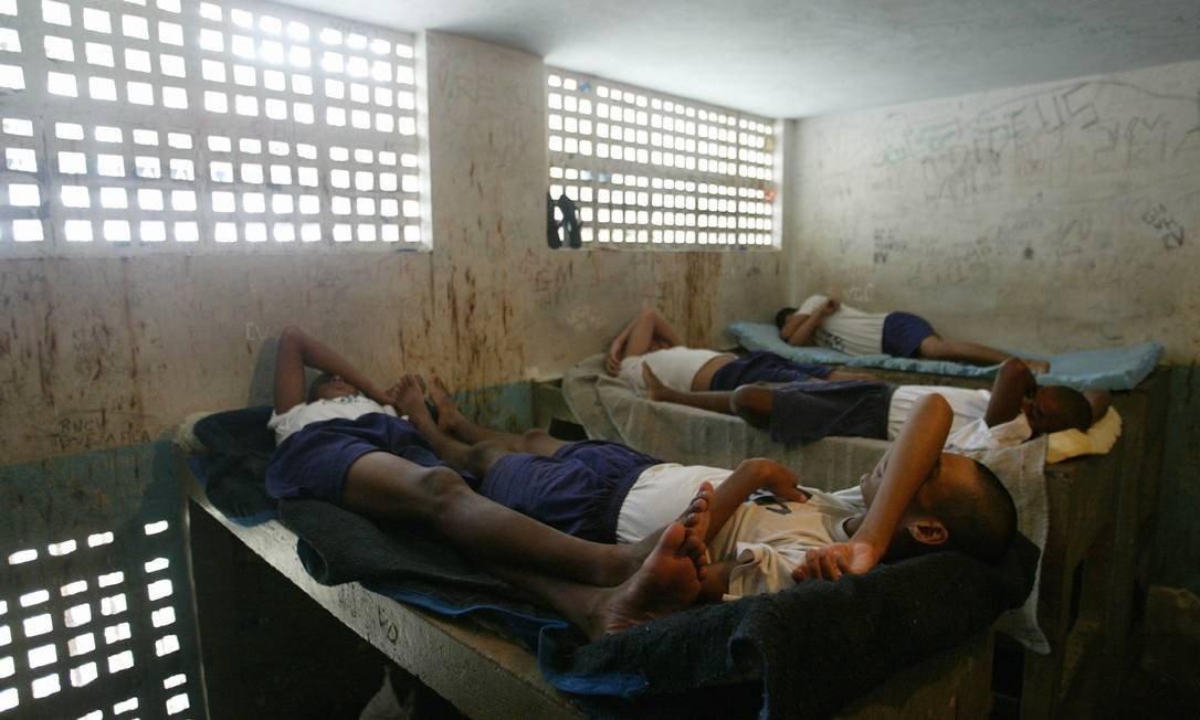 Centro de acolhimento do Degase com superlotação: dois adolescentes dormem na mesma cama Foto: Márcia Foletto / Agência O Globo