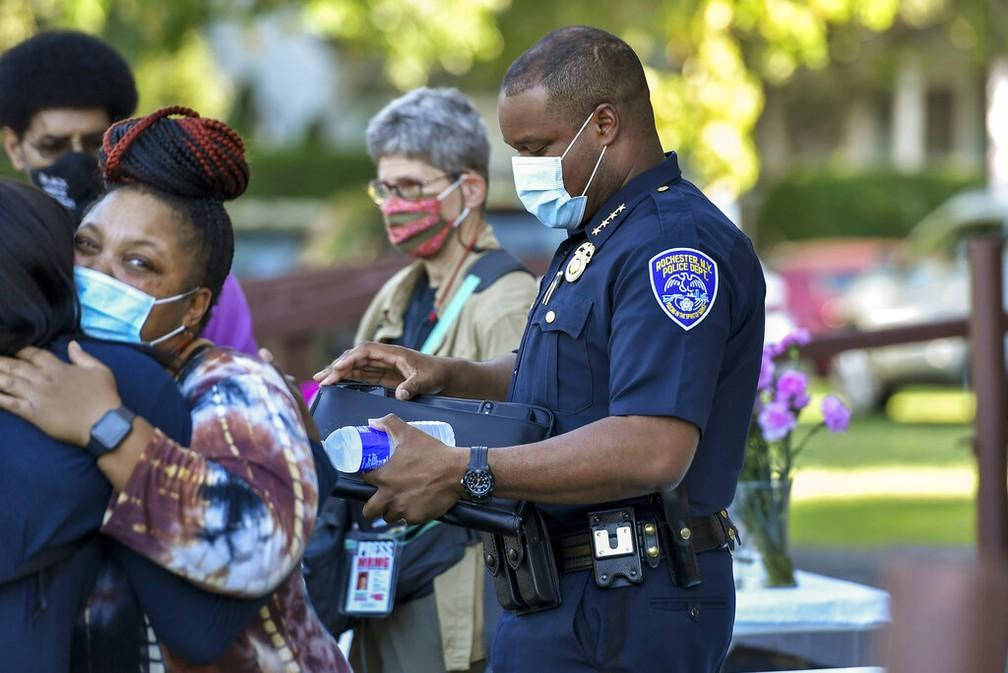 La'Ron Singletary, chefe da polícia de Rochester, é visto de máscara após encontro com autoridades locais nesta terça-feira (8) — Foto: Adrian Kraus/Reuters