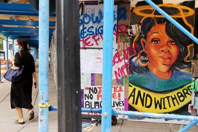 Breonna Taylor aparece em cartazes e fotos em várias cidades americanas (REUTERS)