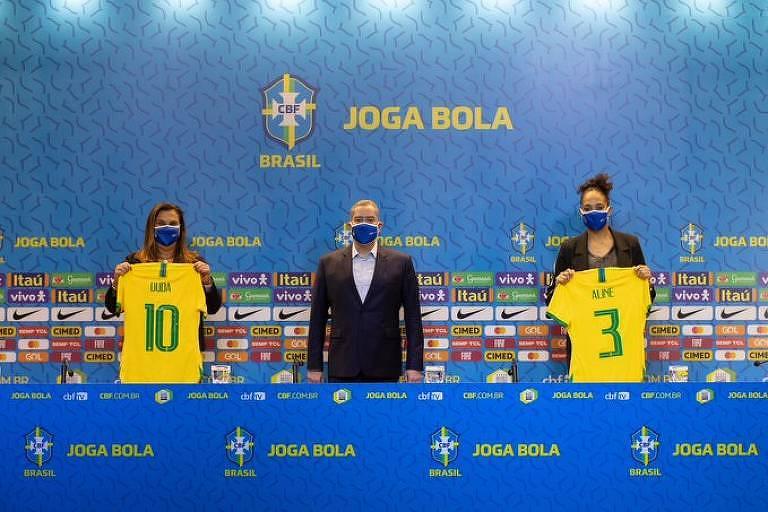 O presidente da CBF, Rogério Caboclo, anuncia Duda Luizelli (esq.) e Aline Pellegrino (dir.) para o comando do futebol feminino da entidade - CBF/Divulgação