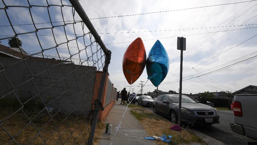 Dois balões marcam o local onde o ciclista Dijon Kizzee, de 29 anos, foi baleado pela polícia Imagem: AFP