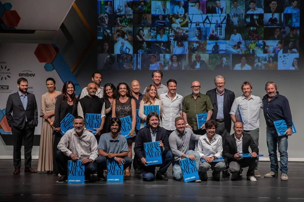 Empreendedores sociais da Rede Folha durante a cerimônia do Prêmio Empreendedor Social de 2019, no Teatro Porto Seguro, em São Paulo. (Foto: Eduardo Anizelli/Folhapress,)