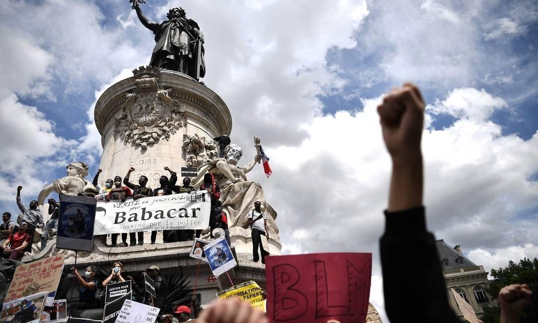 Manifestantes na Praça da República, em Paris, no sábado, pedem justiça para Babacar Gueye, imigrante senegalês morto pela polícia em Rennes em 2015 (Foto: ANNE-CHRISTINE POUJOULAT / AFP)