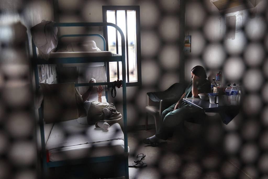 Mulheres imigrantes ilegais dividem uma cela, em um centro de detenção na cidade de Eloy, no Arizona (Foto: John Moore - 30.jul.2020/AFP)