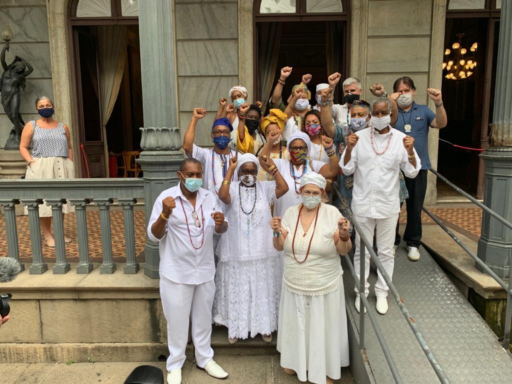 Representantes de religiões de matriz afrobrasileira comemoram transferência de acervo apreendido ao Museu da República Foto: Cleber Rodrigues/CNN (21.set.2020)