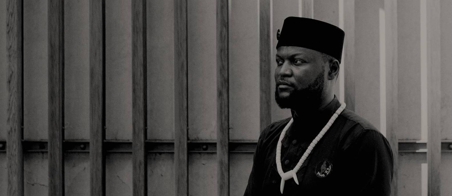 Ativista congolês Mwazulu Diyabanza, em Paris Foto: ELLIOTT VERDIER / NYT