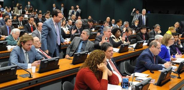 Foto de discussão na Câmara dos Deputados, em que se vê maioria de homens brancos, e poucas mulheres ou negros (Imagem: Luis Macedo/Câmara dos Deputados)