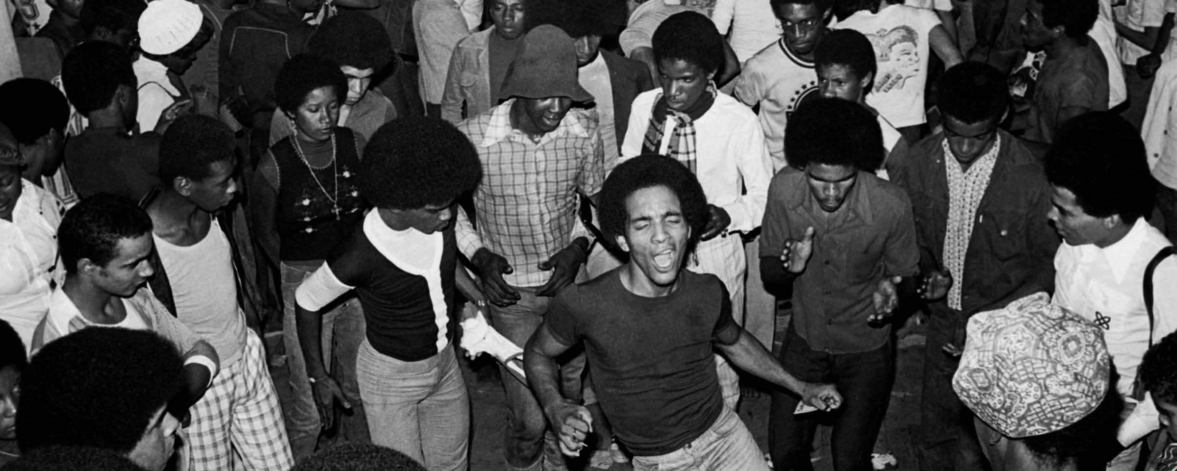 Cena de um baile black no Rio de Janeiro em 1976. A imagem está na capa do livro '1976 - Movimento Black Rio' Almir Veiga