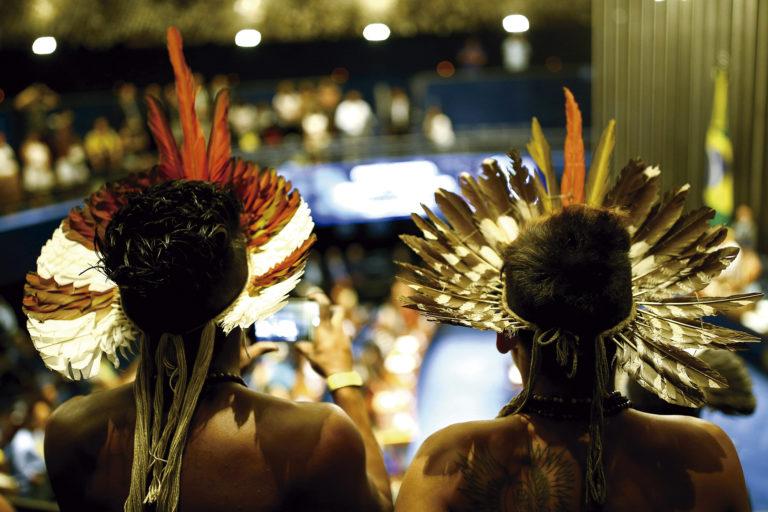 Indígenas de diversas etnias participam de sessão solene em homenagem aos povos indígenas no plenário do Senado Federal (Imagem retirada do site Diplomatique)