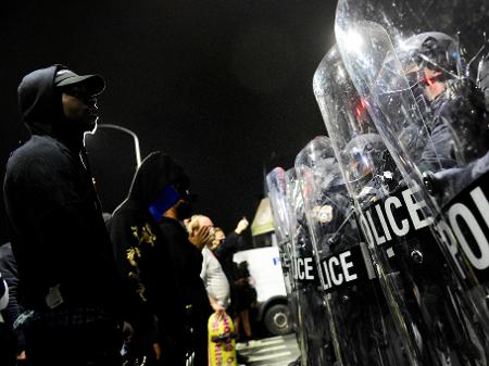 Manifestantes enfrentam polícia após homem negro ser morto por policiais na Filadélfia 27/10/2020 REUTERS/Bastiaan Slabbers