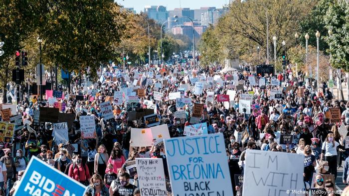Protesto em Washington, uma das várias cidades americanas a registrar protestos no sábado