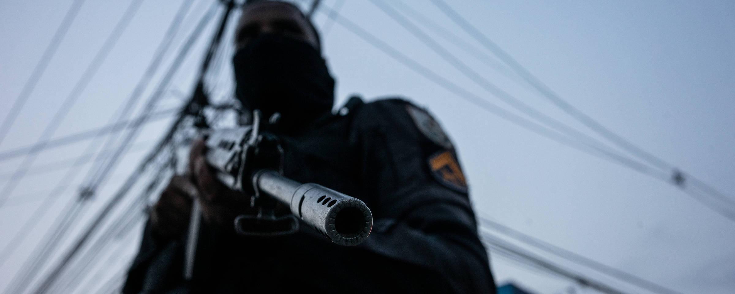 Policial militar durante patrulhamento no Complexo do Alemão, na zona norte do Rio Tércio Teixeira/Folhapres