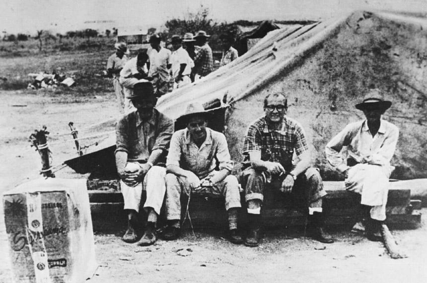 Sinfrônio (à direita) trabalhou nas obras do Catetinho, sede do governo durante a construção da capital (foto: Arquivo Público-DF) Fonte: Agência Senado