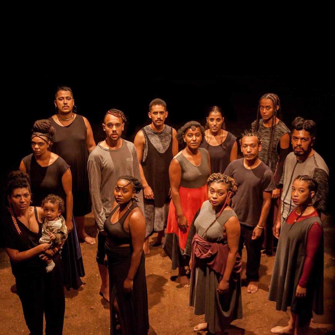 Equipe do Núcleo Negro de Pesquisa e Criação em cena do espetáculo Fala das Profundezas - Foto: Davi Pereira