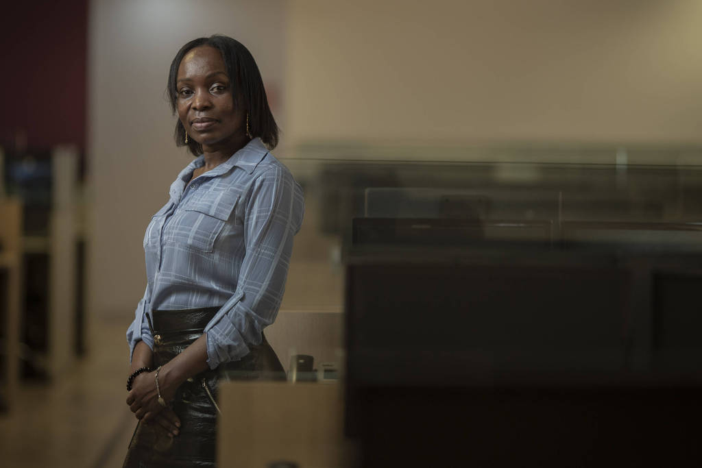 A assistente jurídica Price Winfred Nalutaaya no escritório que a contratou por meio de programa de diversidade (Foto: Bruno Santos - 25.set.2020/ Folhapress)