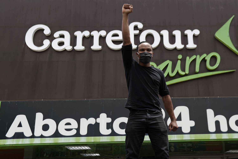 Manifestante protesta na porta do Carrefour, em Brasília, pelo assassinato de Beto (Foto: Eraldo Peres/ AP )