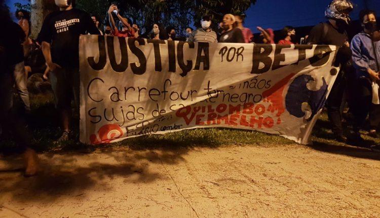 Manifestantes em frente ao Carrefour em Porto Alegre protestam pelo assassinato de João Alberto. (Foto: Guilherme Gonçalves/FotosPublicas)
