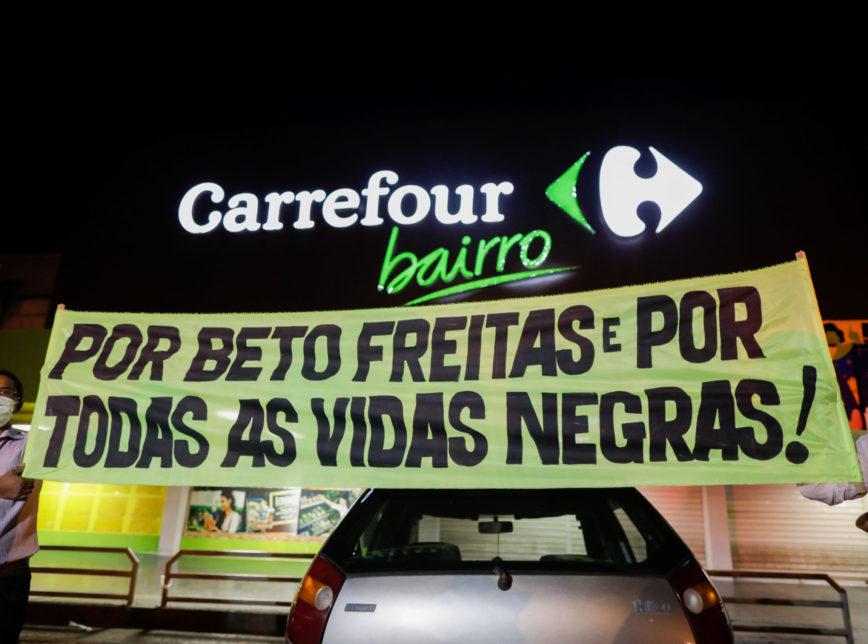 Protesto contra o racismo e pelo assassinato do Beto, em uma das lojas da rede Carrefour, em Porto Alegre (RS) (Foto: Sérgio Lima/Poder360 )
