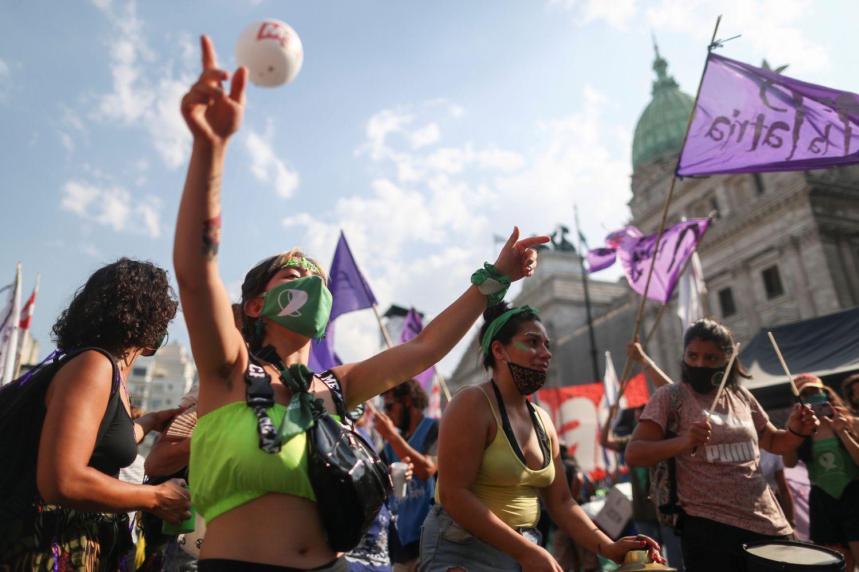 Manifestantes a favor do aborto legal marcham diante do Congresso em Buenos Aires, em 29 de dezembro.AGUSTIN MARCARIAN / Reuters