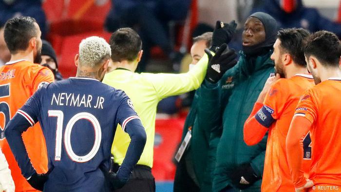 Neymar acompanha de perto a discussão entre o árbitro romeno Ovidiu Hategan e o atacante Demba Ba, do Basaksehir (Reuters)