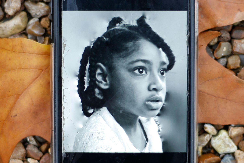 Foto da pequena Ella Kissi-Debrah no celular de sua mãe. (Foto:HOLLIE ADAMS / AFP)