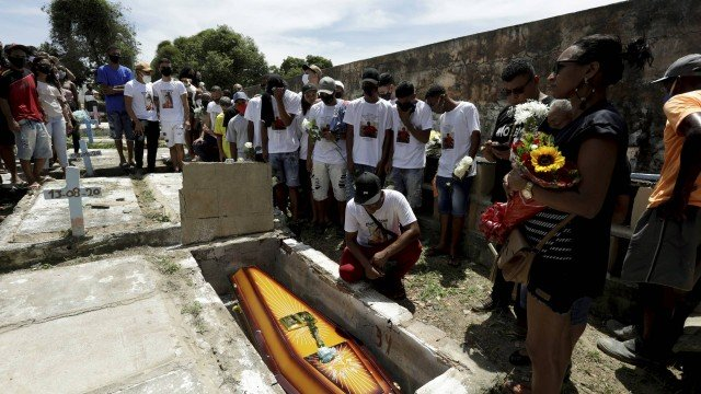 Enterro de Edson Arguinez Júnior, de 20 anos, morto após uma abordagem policial em Belford Roxo Foto: Gabriel de Paiva / Agência O Globo