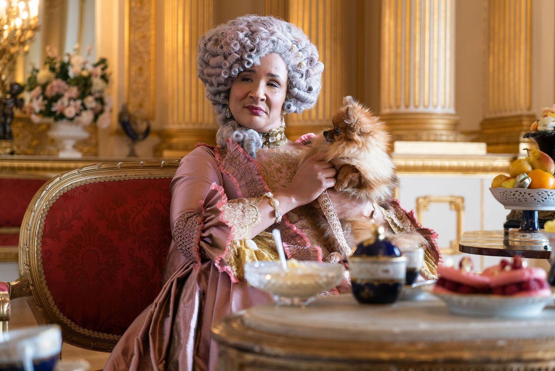 A atriz Golda Rosheuvel interpreta a rainha Charlotte da Inglaterra na série 'Bridgerton'. Em vídeo, trailer da atração. (Foto: Reprodução/ Netflix)
