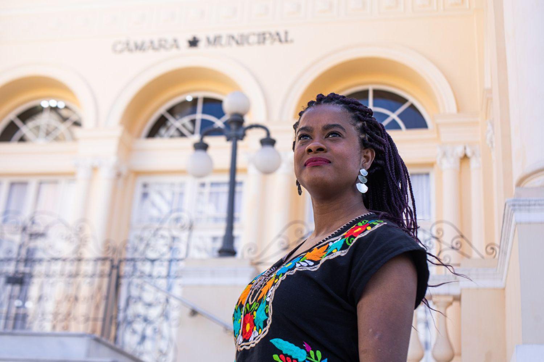 Primeira vereadora negra eleita na Câmara de Curitiba, Carol Dartora recebeu ameaças de morte por e-mail (DIVULGAÇÃO/Imagem retirada do site El País)