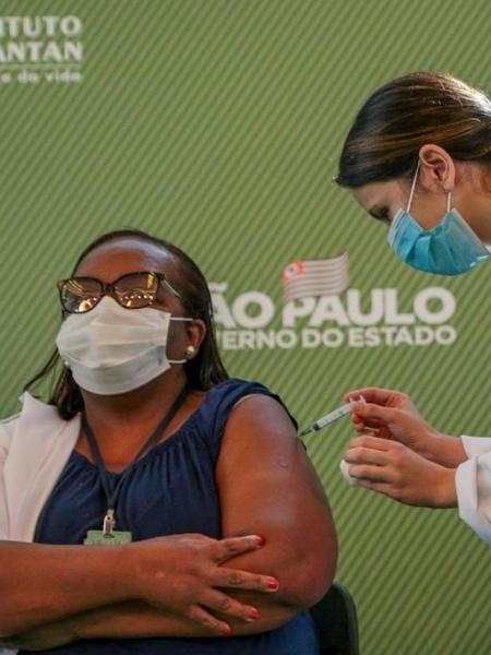 Enfermeira Mônica Calazans, de 54 anos, é a primeira brasileira a receber dose da vacina Coronavac (Foto: Governo do Estado de São Paulo / Divulgação)