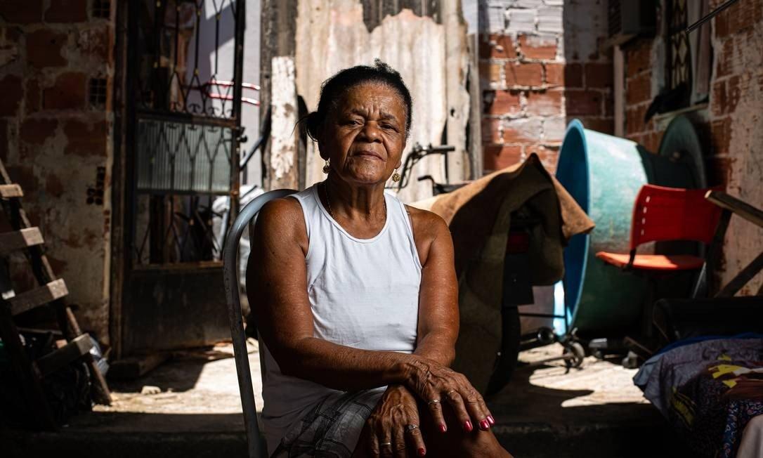 A pensionista Sebastiana Amaral, de 70 anos, gostaria que os vizinhos em Bangu, no Rio, que, ao contrário dela, também têm comorbidades, fossem vacinados logo contra o vírus (Foto: Hermes de Paula / Agencia O Glob / Agência O Globo)