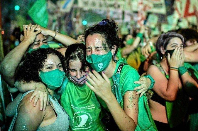 Ativistas comemoram a discriminalizão do aborto (crédito: Ronaldo Schemidt/AFP)