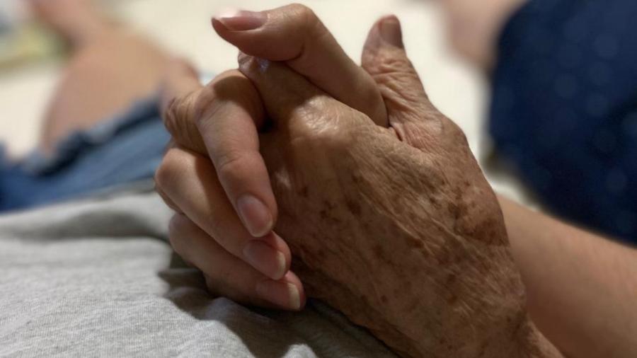 Em foto de 2019, Ananda Portela segura a mão da avó, internada com covid-19 Imagem: Acervo Pessoal