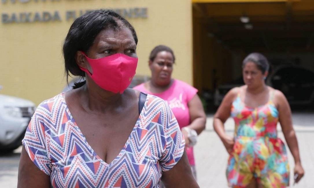 Silvia, avó de dois dos três meninos desaparecidos, tem ido todos os dias à DHBF. Pistas - muitas delas falsas - chegam direto pelo seu celular (Foto: Cléber Júnior / Agência O Globo)