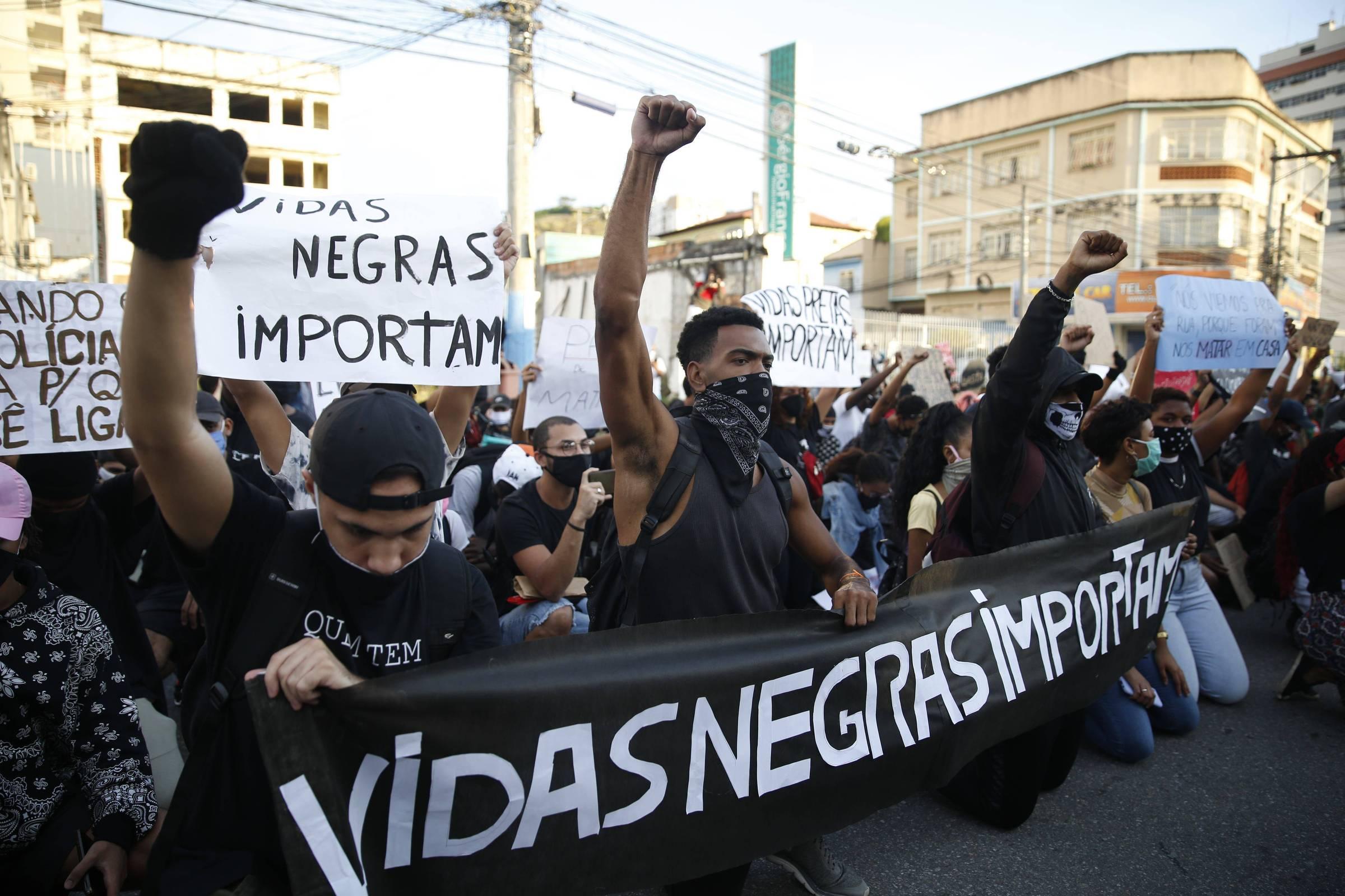 Manifestantes protestam em São Gonçalo, região metropolitana do Rio, contra assassinato de negros - Lucas Tavares-Folhapress