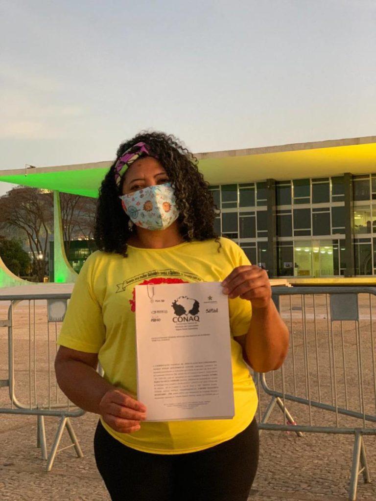 coordenadora executiva da Conaq, Sandra Pereira Braga, em frente ao STF no dia do protocolo da ADPF 742, em 09/09/2020 (Foto: Walisson Braga)