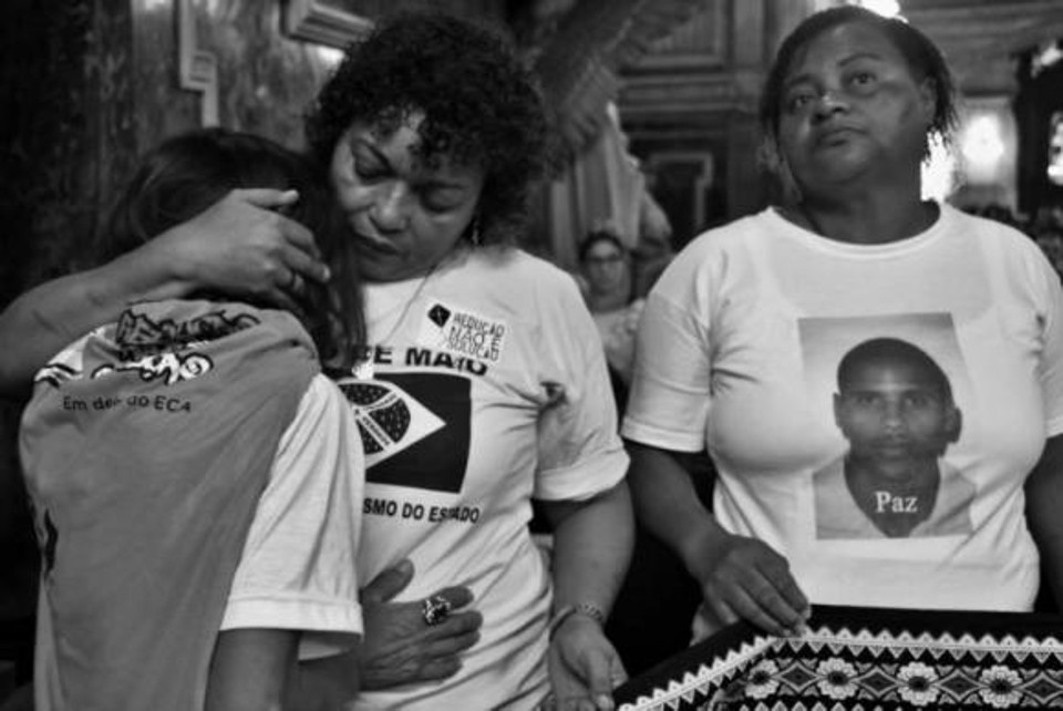 Antes mesmo de lidarem com a dor da perda, lutam para obter imagens de câmeras de vigilância e depoimentos de testemunhas que comprovem a inocência das vítimas. Na Foto está Débora da Silva, uma das fundadoras do Movimento das Mães de Maio.(Foto: Olívia Soulaba/Mães de Maio)