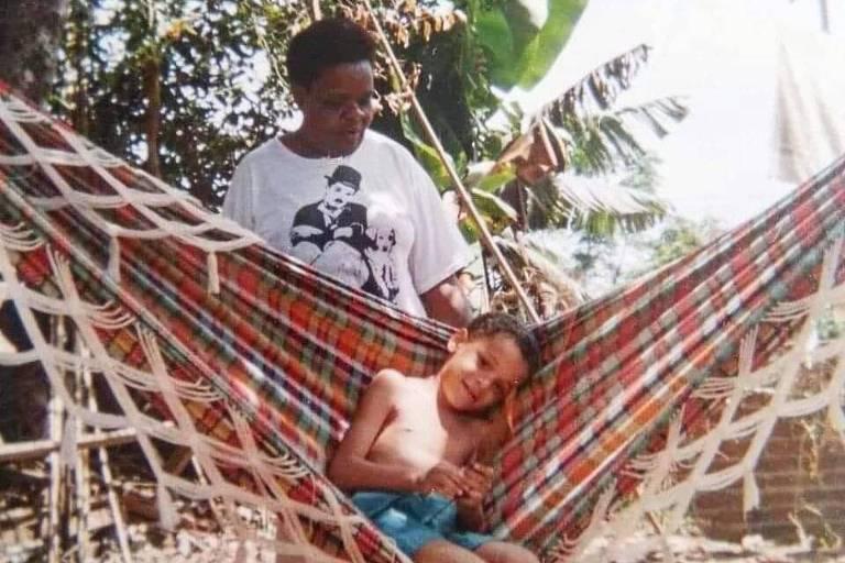 Bruno Ribeiro, quando criança, junto com sua avó Amélia /Foto: Acervo pessoal