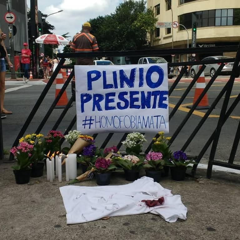 Pequena manifestação na avenida Paulista em homenagem a Plínio, homossexual assassinado - Marina Garcia/Folhapress