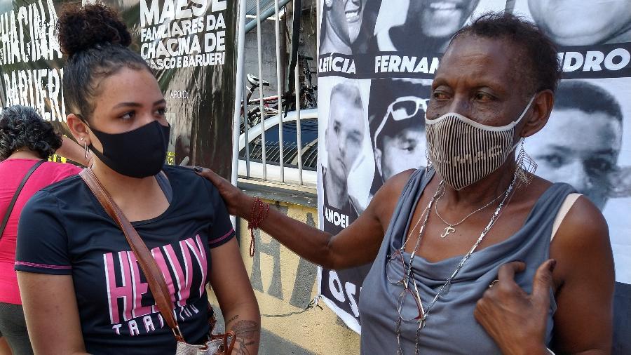 Zilda Maria de Paula (à esq.), líder das mães de Osasco e Barueri, conversa com Josiane Amaral, filha da vítima Joseval Silva Imagem: Marcelo Oliveira/UOL